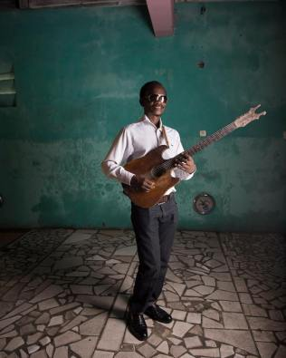 Michel Missy, guitariste de Bakolo Music International
